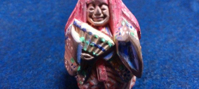 木彫りで彩飾、能楽の根付け