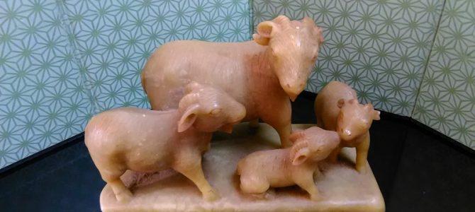 親子の情景が心にしみます…動物の彫り物、玉