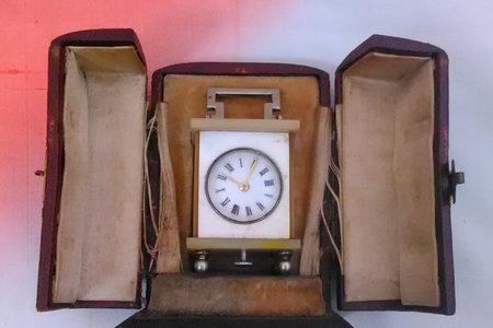 ミニチュアの外国製の置き時計