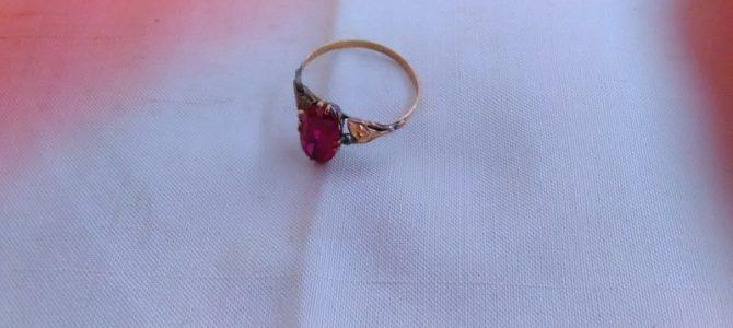 小さなアンティークの指輪