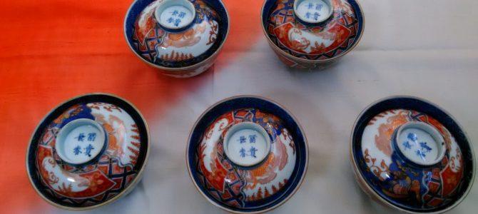 赤くて華やかな蓋茶碗、明治の伊万里焼