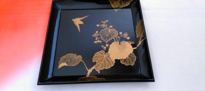 浮かび上がる金蒔絵…時代蒔絵の四方盆